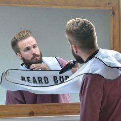 Babero delantal para recoger tus pelos al recortarte la barba