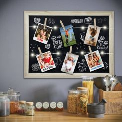 Pizarra con cadena de luces LED, pinzas para fotos y tizas