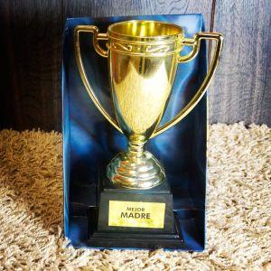 Copa trofeo dorado con diferentes mensajes