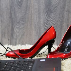 Altavoz zapatos rojo